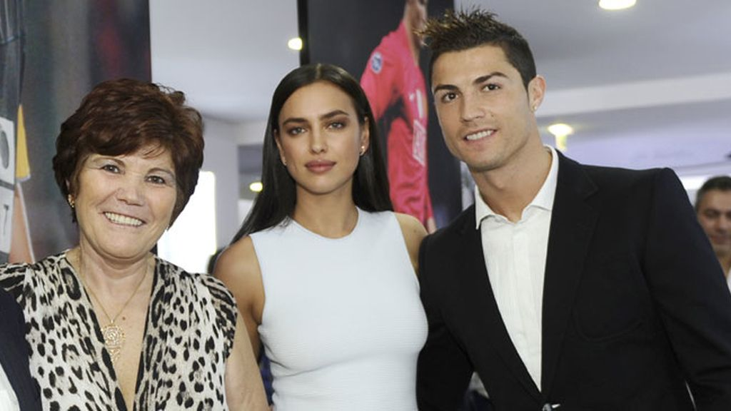 CR7, su madre Dolores e Irina