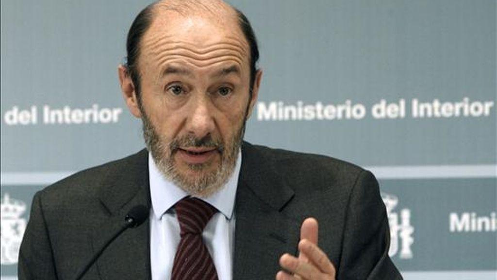 """El ministro del Interior, Alfredo Pérez Rubalcaba, sostiene que la Policía colabora """"todos los días"""" con la Fiscalía. En la imagen, Rubalcaba durante una rueda de prensa. EFE/Archivo"""