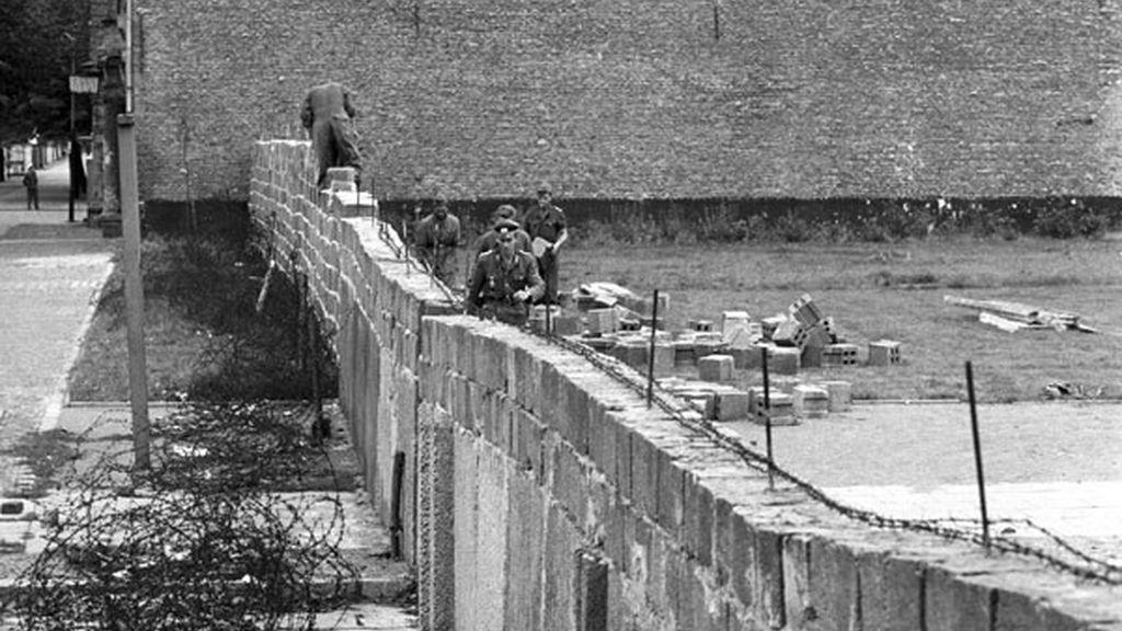 Policías de Alemania del Este construyen el Muro de Berlín