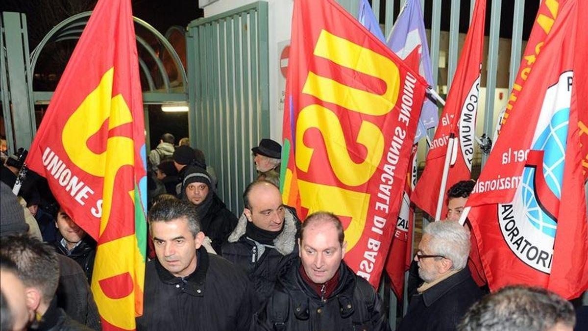 Trabajadores de la planta Mirafiori de Fiat salen de la fábrica tras su turno ayer, en Turín (Italia). EFE