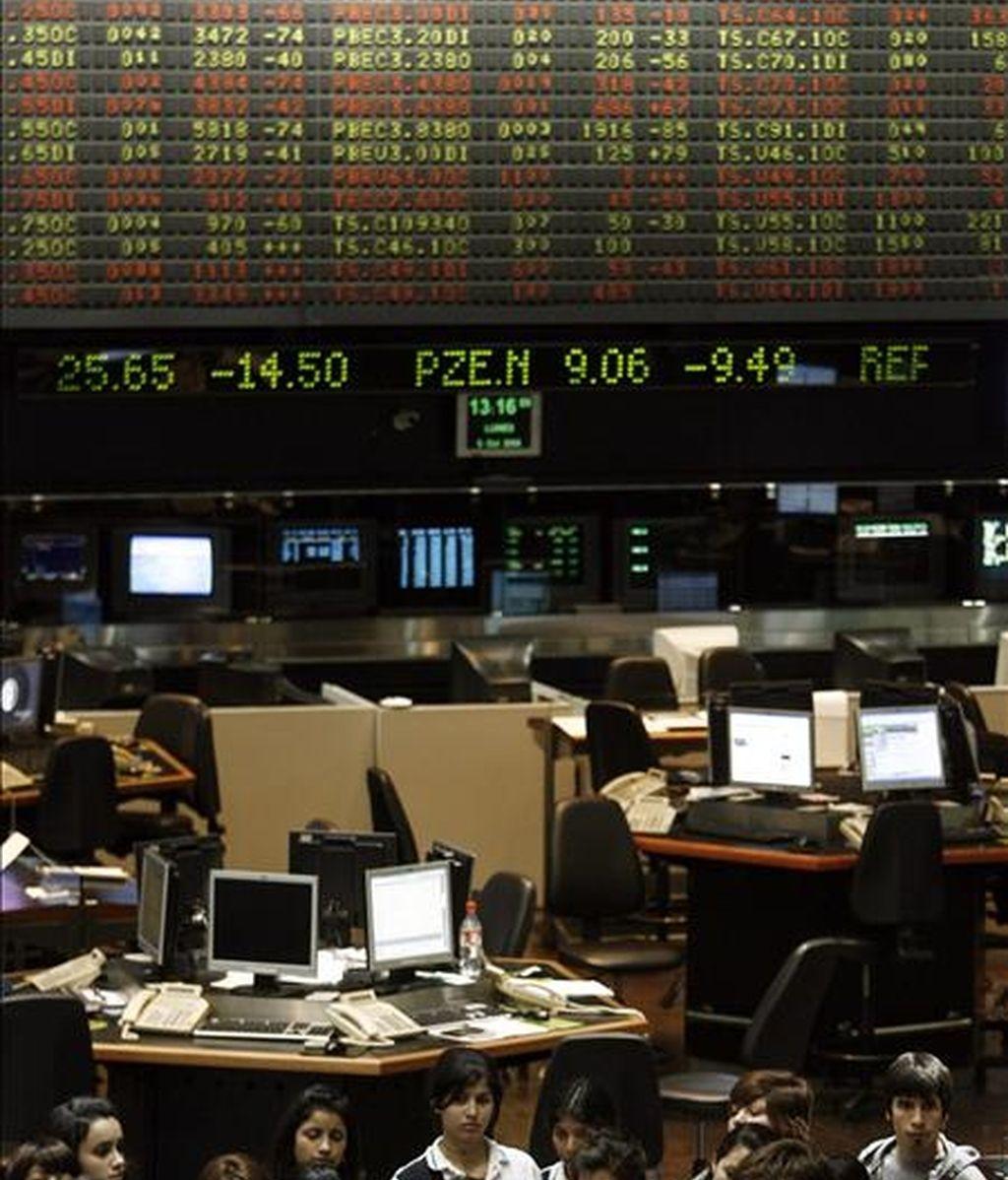 El volumen de negocios con acciones totalizó 37 millones de pesos (9,9 millones de dólares), con un resultado de 34 subidas, 26 bajadas y ocho títulos sin cambios en su cotización. EFE/Archivo