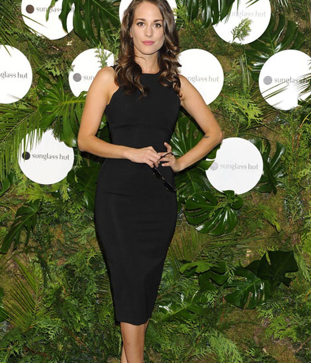 La actriz Silvia Alonso también escogió un vestido en color negro