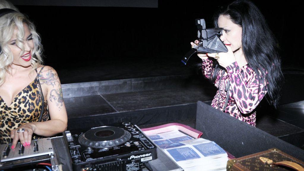 Alaska inmortalizó a sus amigos con una cámara polaroid