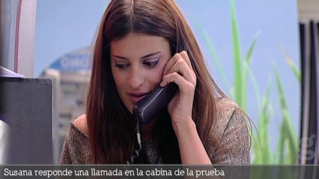 Susana responde una llamada en la cabina de la prueba