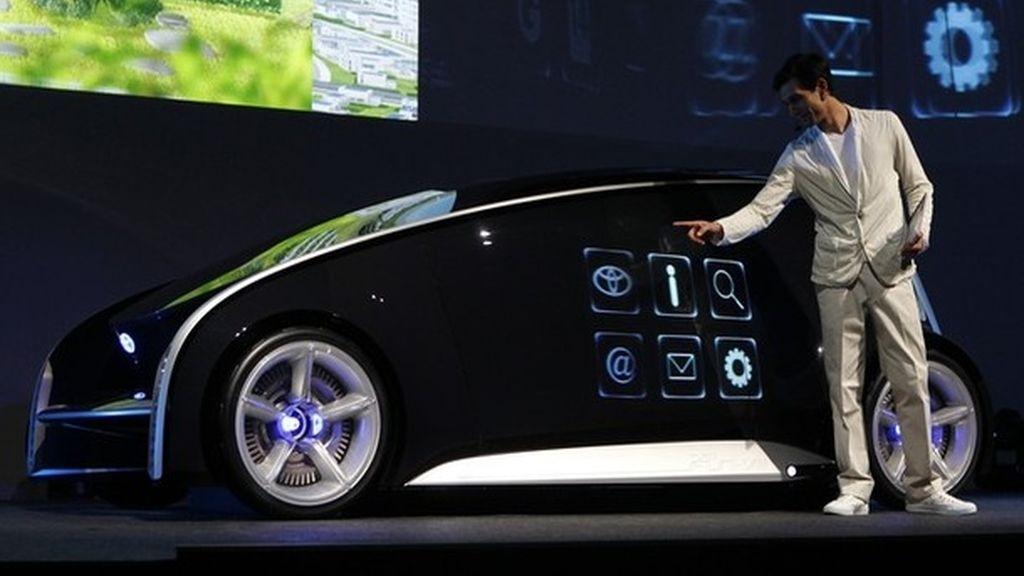 Toyota presume de que el vehículo también se puede comunicar con los ordenadores y sistemas de otros  coches, así como las infraestructuras de comunicación circundante.