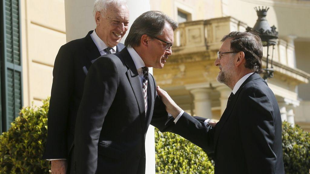 Mas y Rajoy se saludan en la cumbre de Barcelona