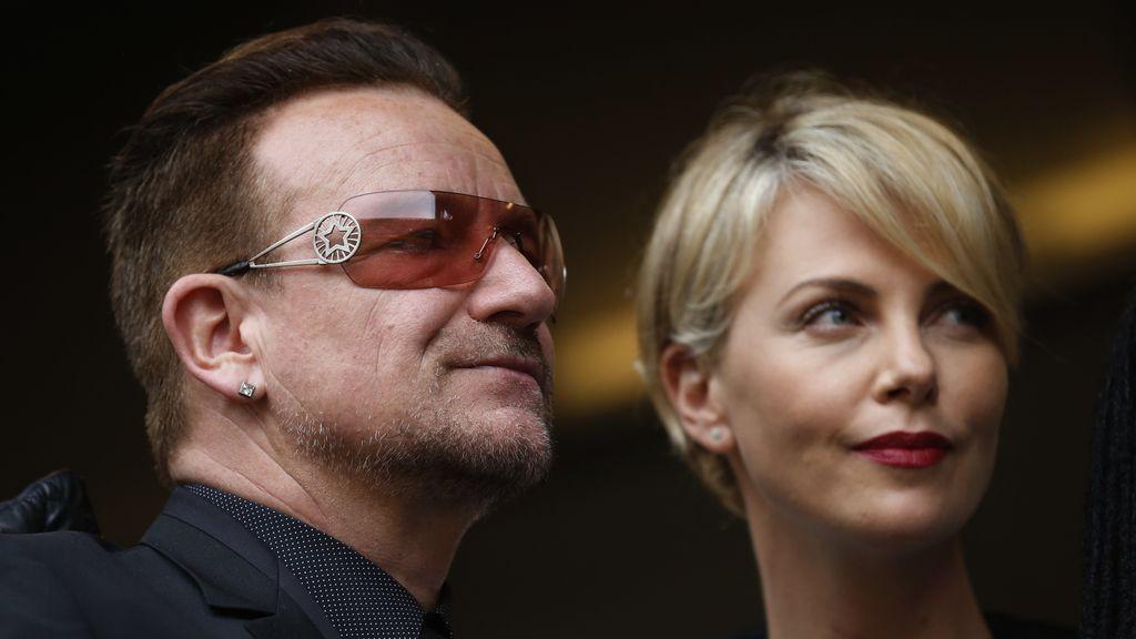 Bono y Charlize Theron, en el funeral de Nelson Mandela
