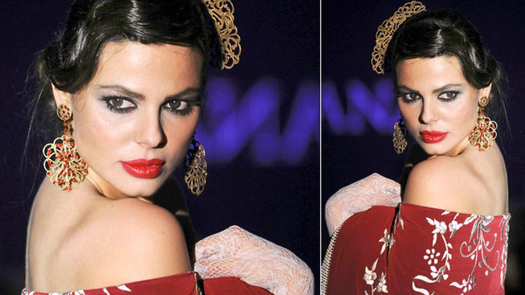 Marisa Jara con mantón rojo y peineta