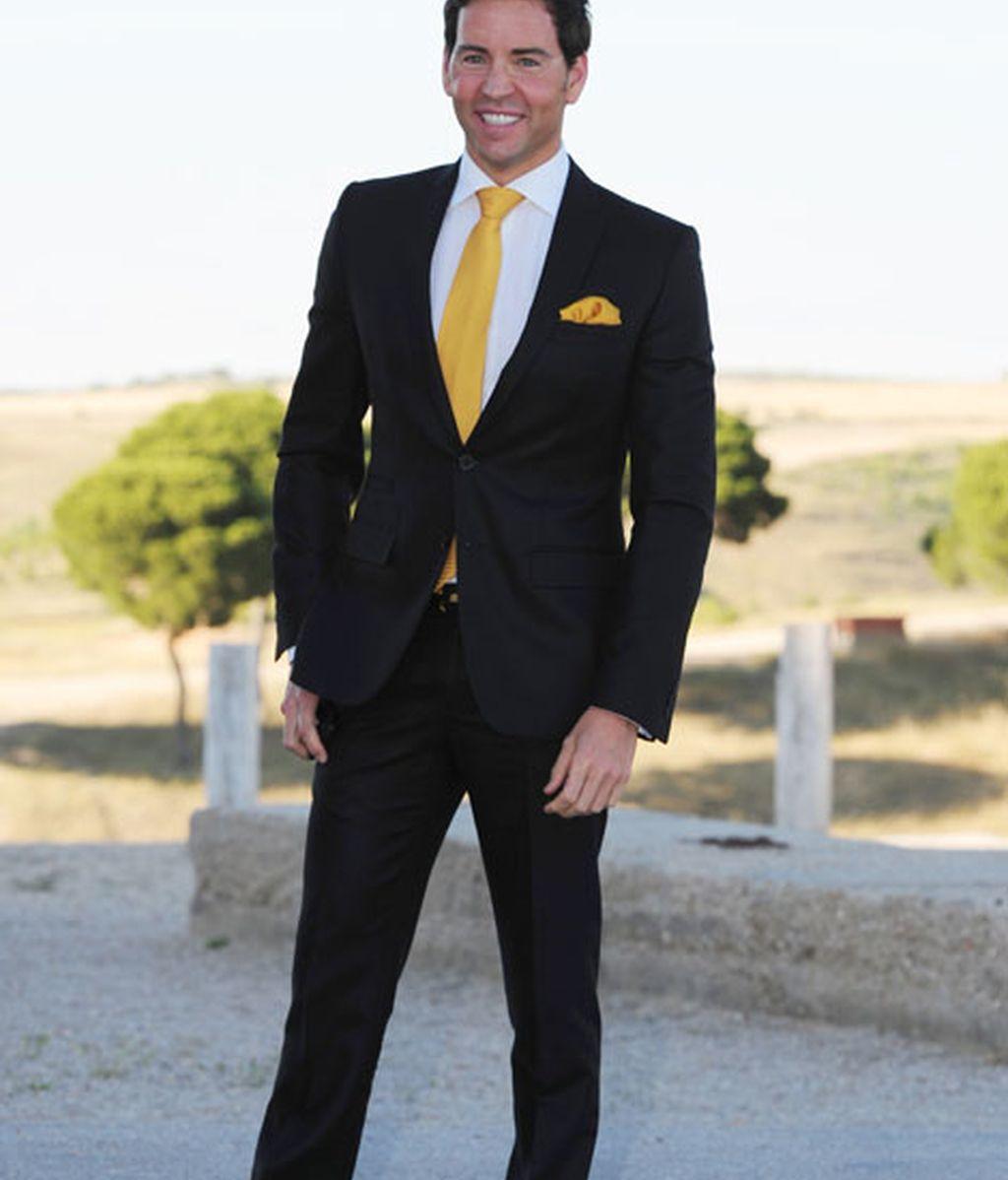 El nadador David Meca, con una corbata amarilla