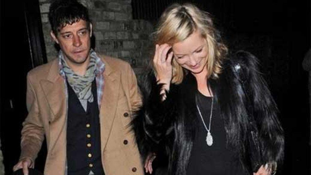 Kate Moss abandona su casa junto a su novio Jamie Hince para celebrar su cumpleaños. Foto: AP