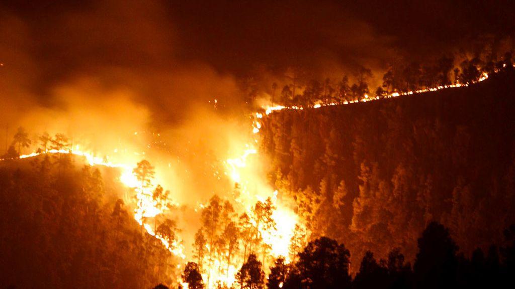 Imagen de la columna de fuego que avanza por las cumbres próximas al municipio de Vilaflor, en el sur de la isla de Tenerife.