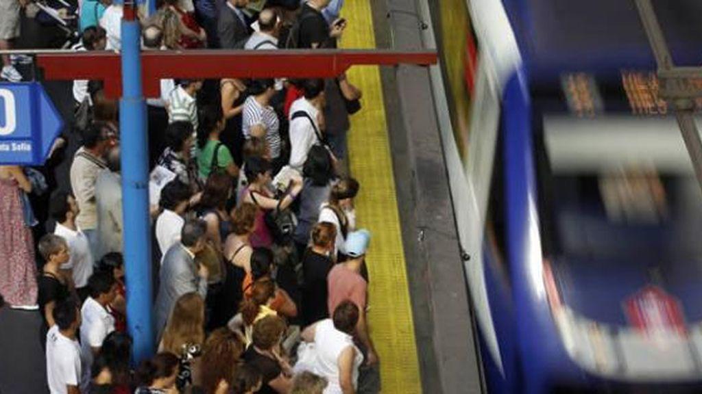 Un andén de Metro abarrotado de gente durante la jornada de huelga en Madrid