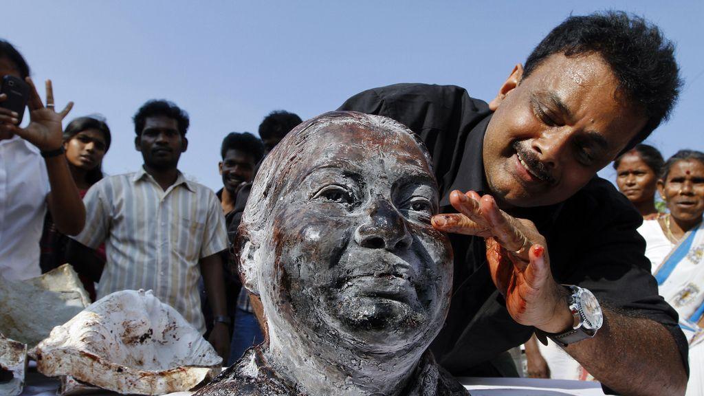 Hussaini retocando el busto creado con sangre