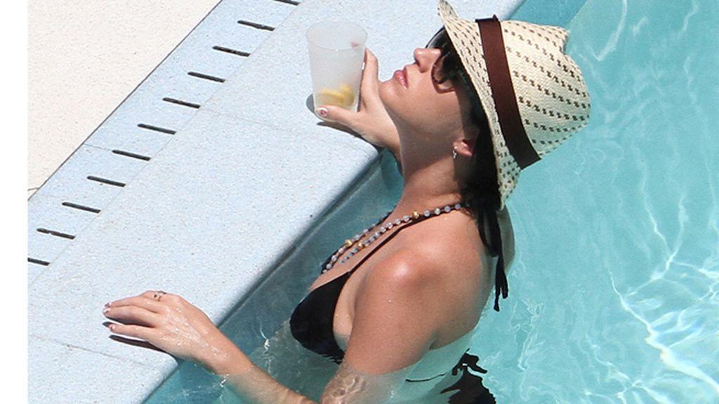 Collar de perlas, sombrero de paja, refrigerios...