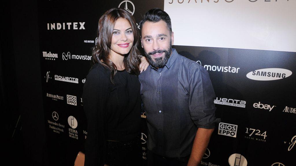 María José Suárez felcitando a Juanjo Oliva por su décimo aniversario