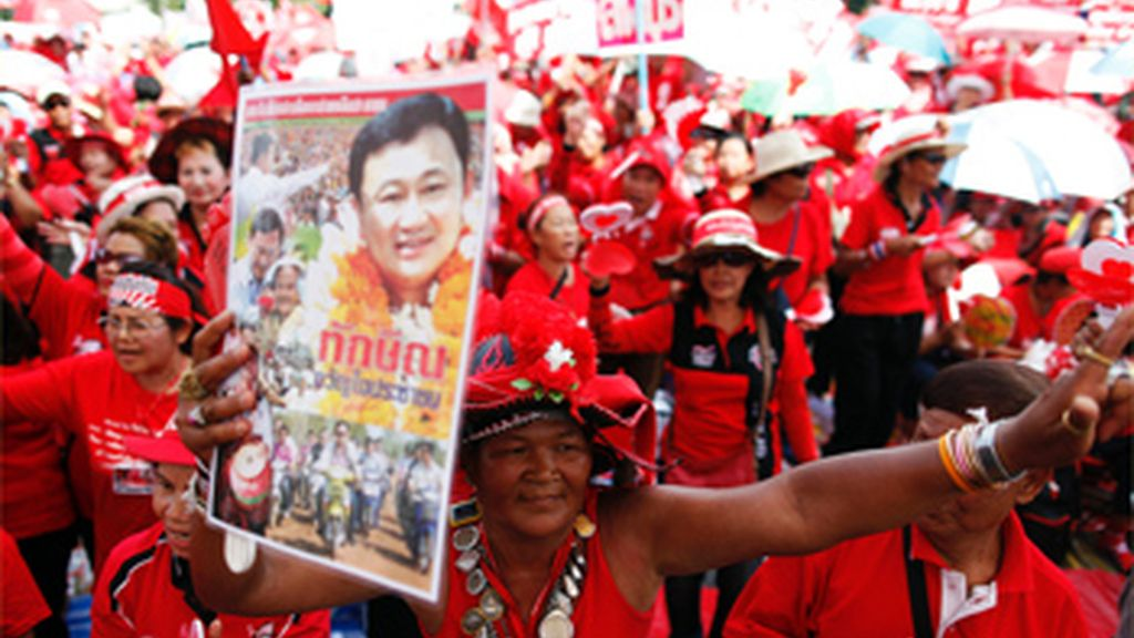 Unos 80.000 'camisas rojas' se concentran en Bangkok para pedir la disolución del Gobierno
