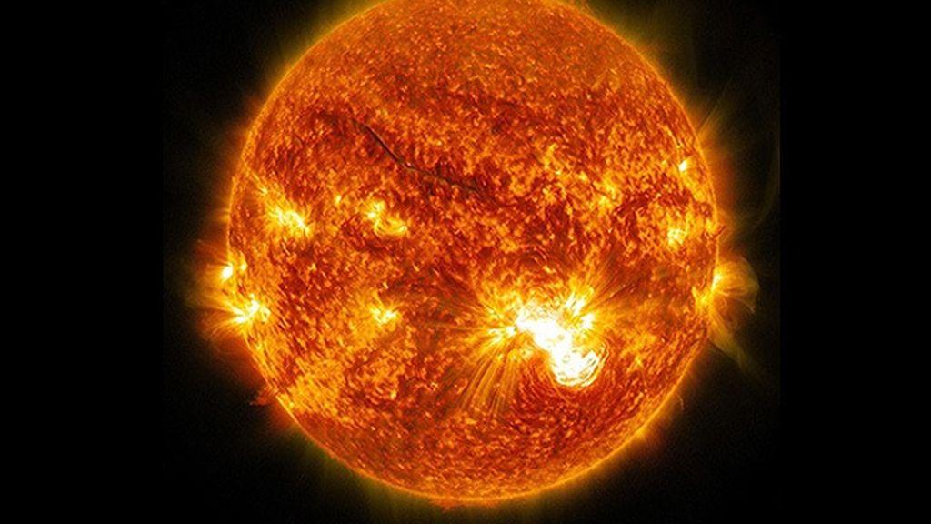 Una enorme mancha solar genera inquietantes llamaradas