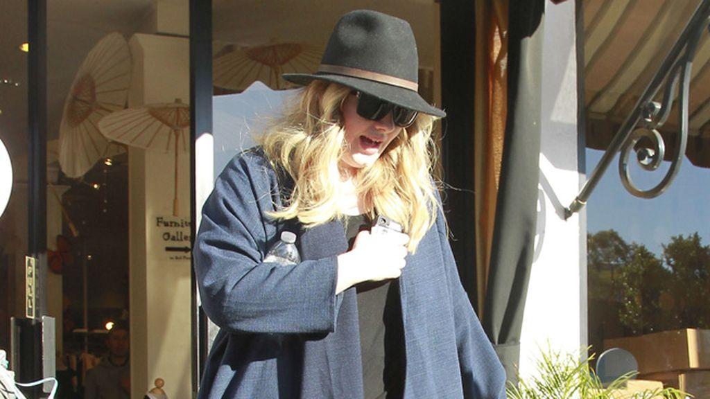 Como Adele, no temas el riesgo: dale un toque más original a tu sombrero