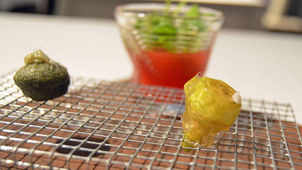 Magdalena de algas, alcachofas con jamón y ensalada líquida de sandía