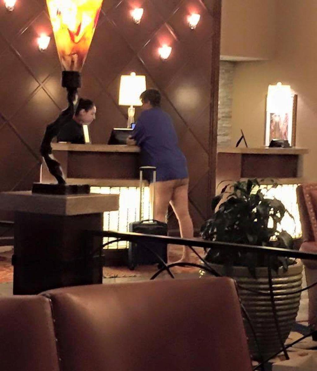¿Una clienta sin pudor o unos leggins de un desafortunado color?