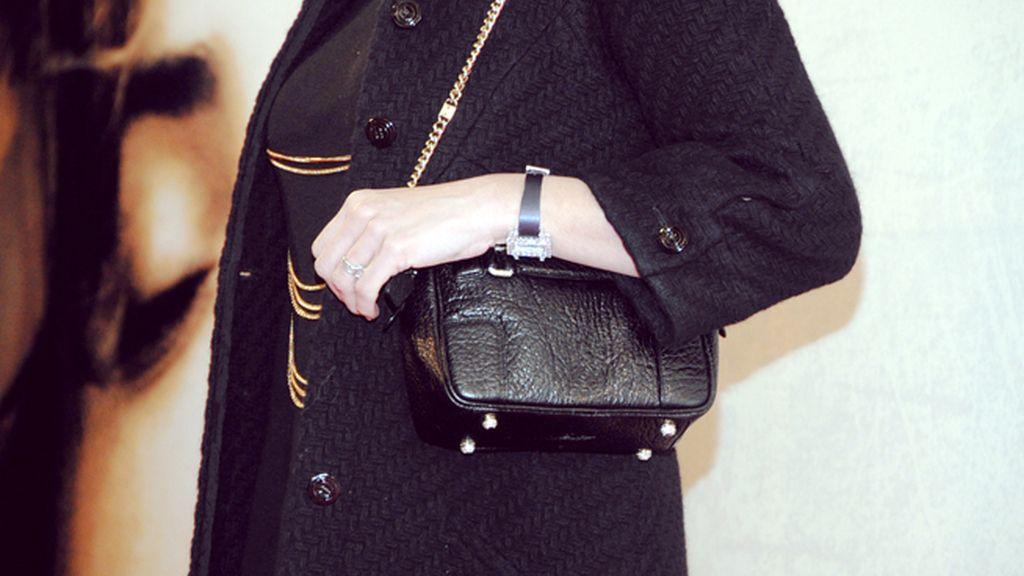 Nos sorprendió que la Cruz, impecable en su Chanel vintage, no se separase de su bolso ni para posar en el photocall