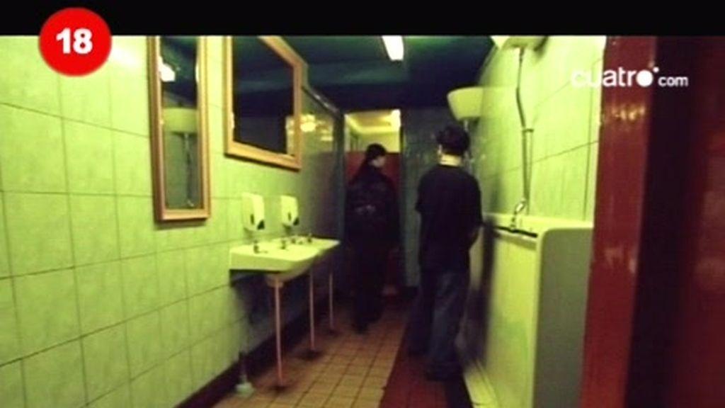 """El """"morbo"""" del sexo en baños público"""
