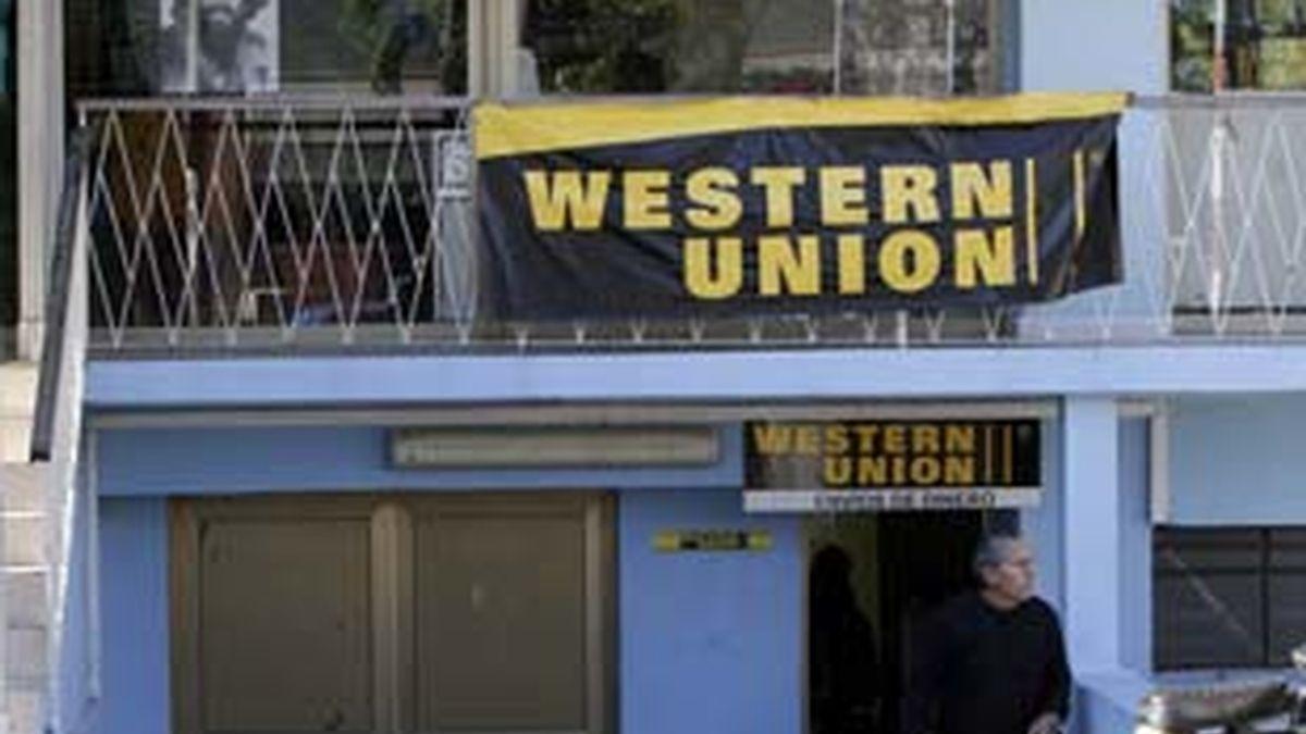 Un hombre abandona una oficina de Western Union en la Habana. Foto: Gtres