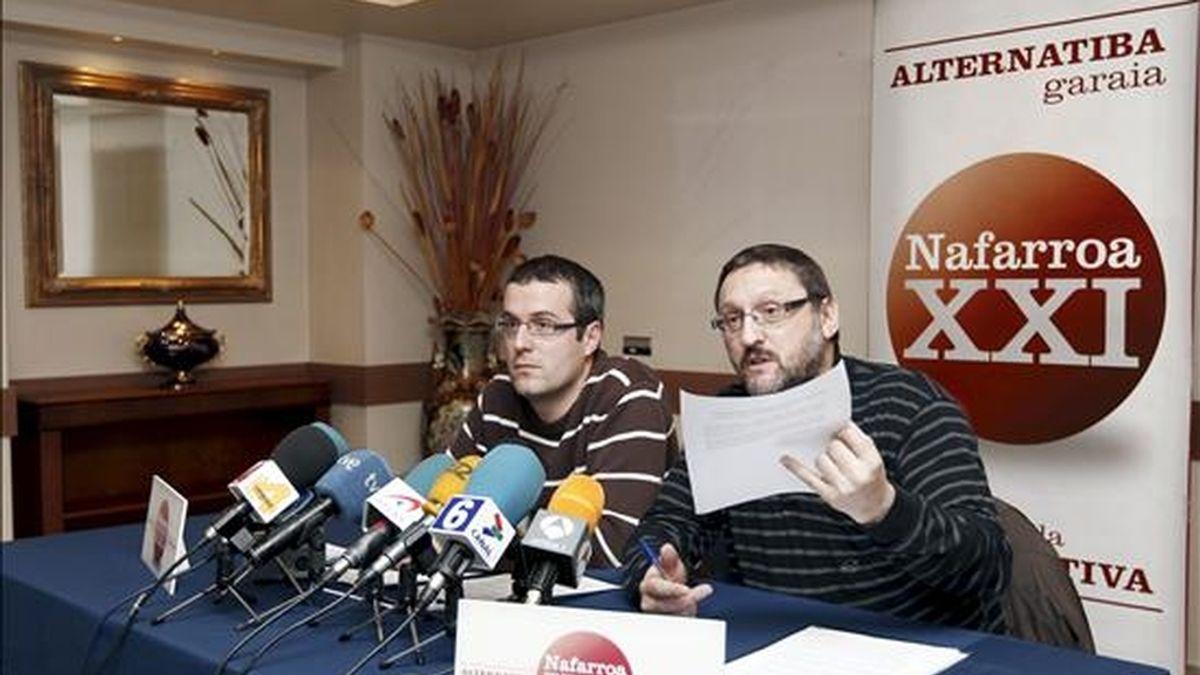 Los representantes de la izquierda abertzale Txelui Moreno (d) y Gorka Mayo (i), durante la rueda de prensa hoy en Pamplona en la que analizaron la negativa de Aralar a una concurrencia conjunta a las próximas elecciones en Navarra, asi como la situación política actual. EFE