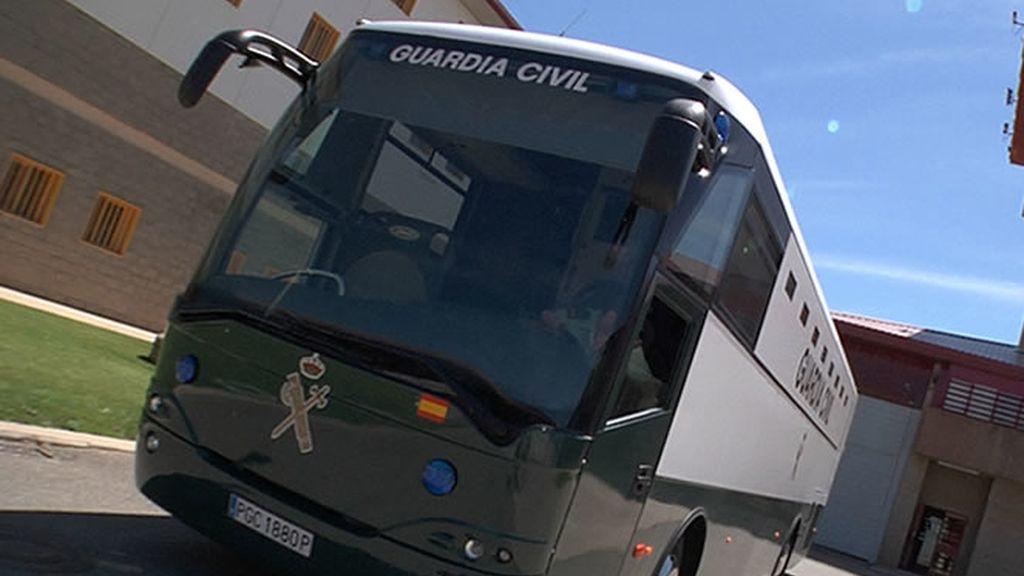 Autobús de la Guardia Civil en el que llegan los presos a la prisión