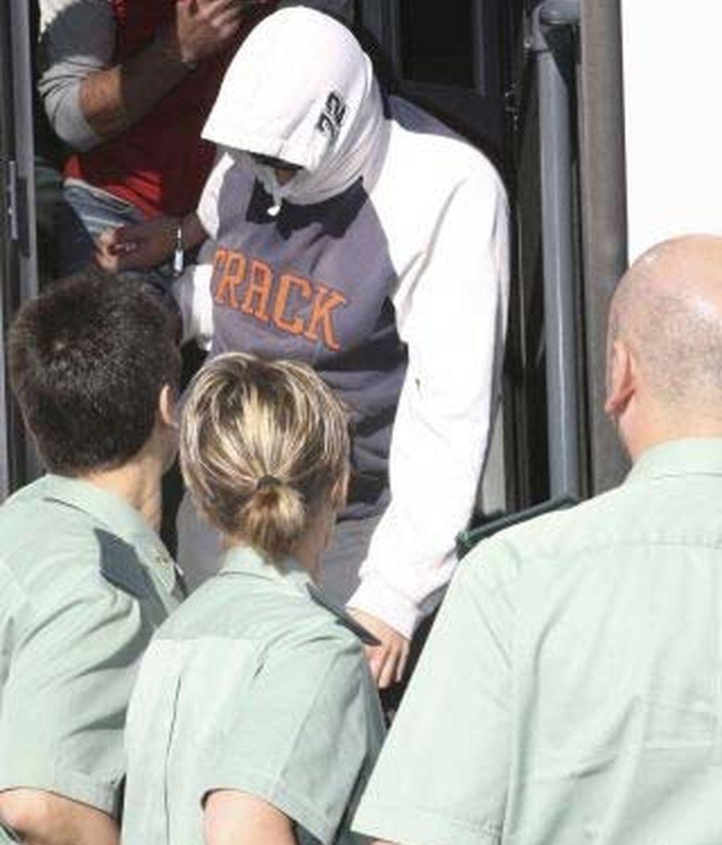 Álvaro de I.G., conocido como Nanysex, custodiado por la Guardia Civil. Foto: EFE