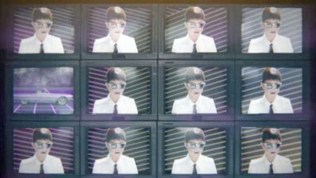 Selena Gomez, del pasado al futuro, en su último videoclip