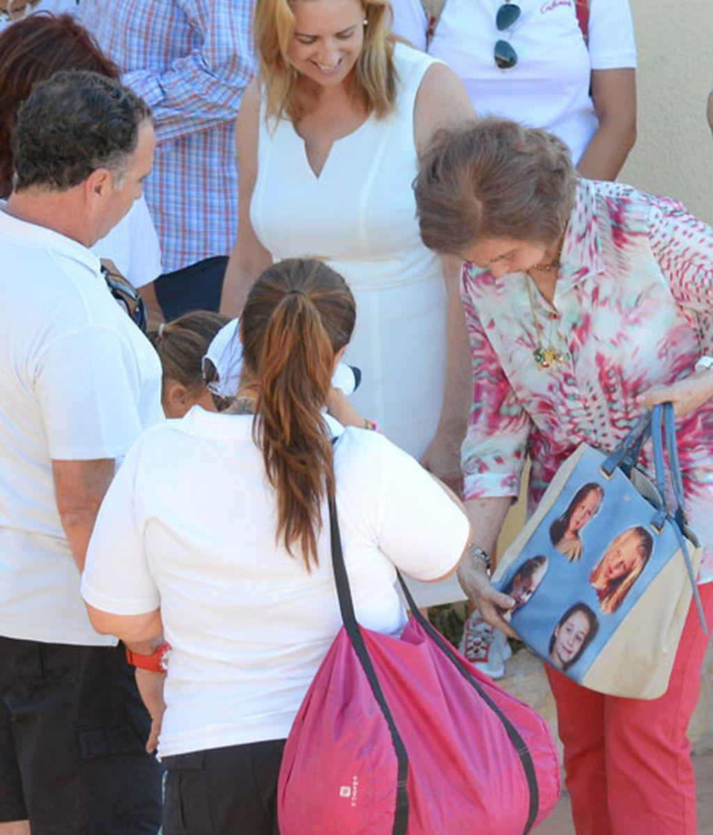 La Reina Sofía muestra con orgullo su bolso