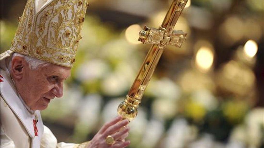 El papa Benedicto XVI ofrece la primera misa del año e la basílica de San Pedro en Ciudad del Vaticano hoy. EFE