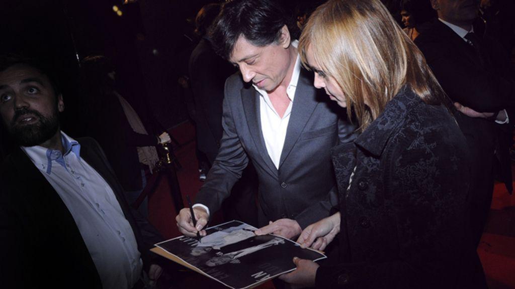 Carlos Bardem no dudó en firmar autógrafos a sus admiradores