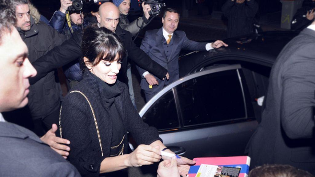 Los fans de la oscarizada actriz hicieron cola para conseguir un autógrafo de su estrella