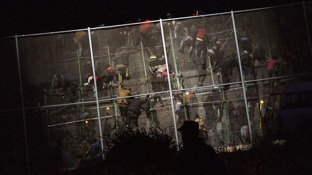 Cuatrocientos inmigrantes logran saltar la valla en Melilla