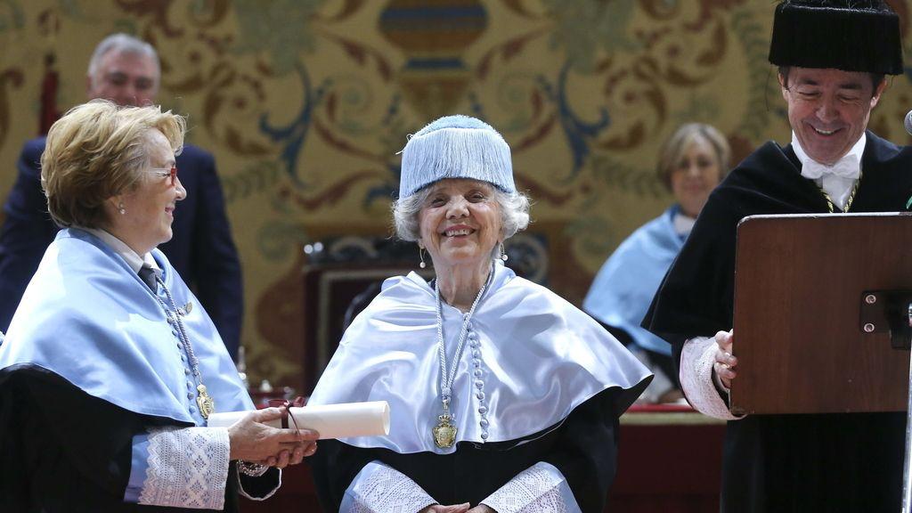 Elena Poniatowska durante la ceremonia de investidura como doctora honoris causa