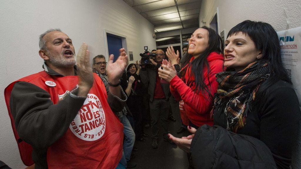 Los trabajadores siguen en la sede pese a la orden de desalojo