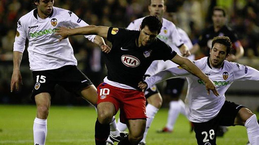 BUEN ESPECTÁCULO. Tanto el Valencia como el Atlético, con el Kun Agüero siempre al frente, acumularon ocasiones en un partido que resultó vibrante.