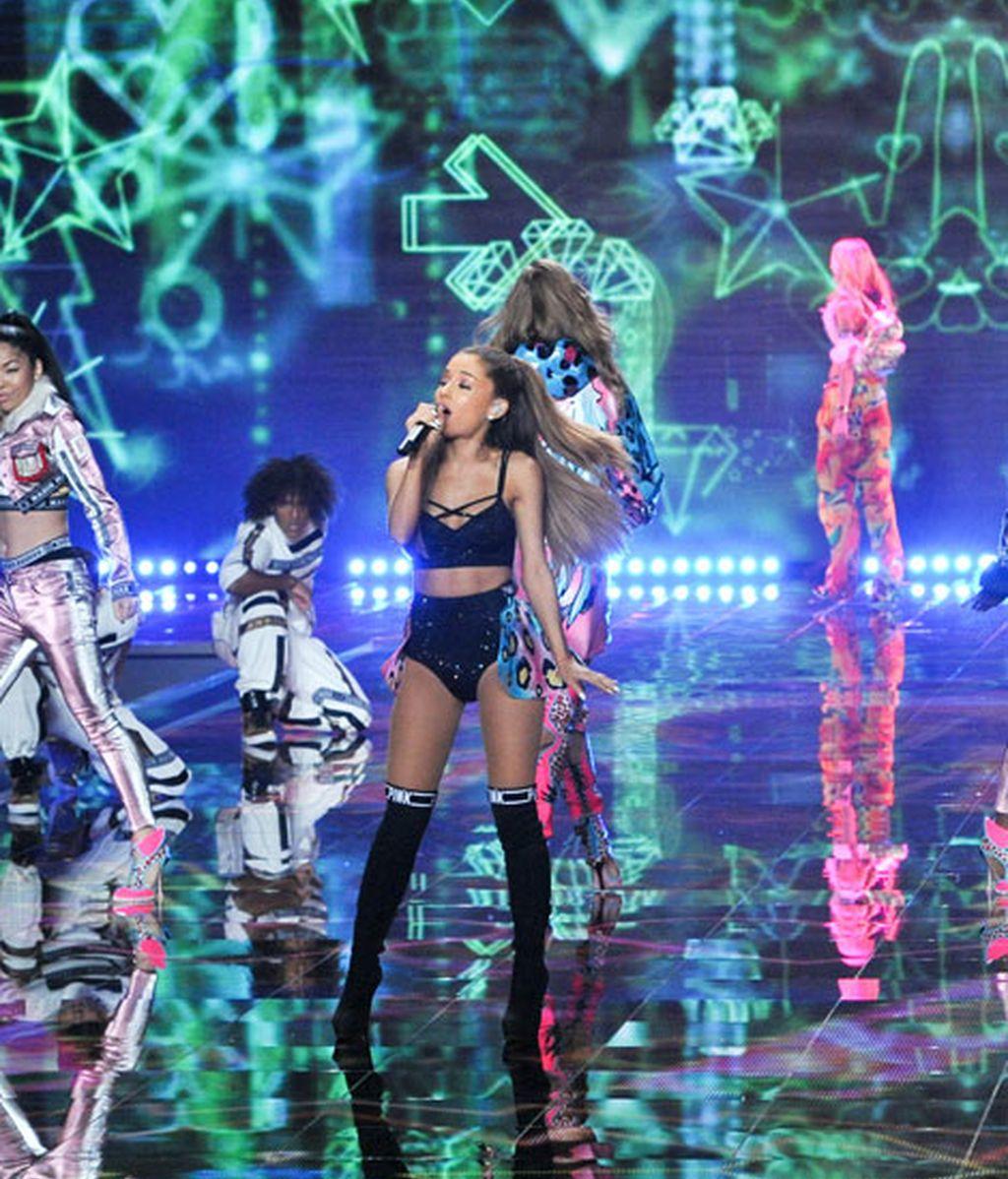Ariana Grande durante su actuación