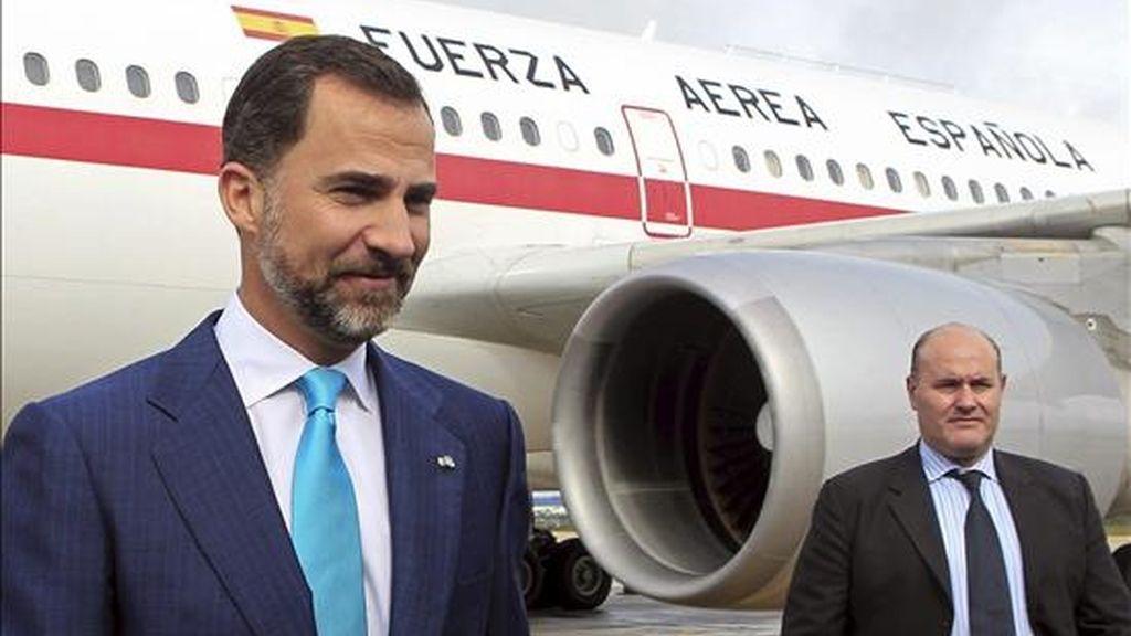 El príncipe de Asturias, Felipe de Borbón, a su llegada hoy la Base Aérea de Brasilia, donde aterrizó el avión de la Fuerza Aérea Española en el que viajó, para asistir a la investidura de Dilma Rousseff como primera presidenta de Brasil. EFE