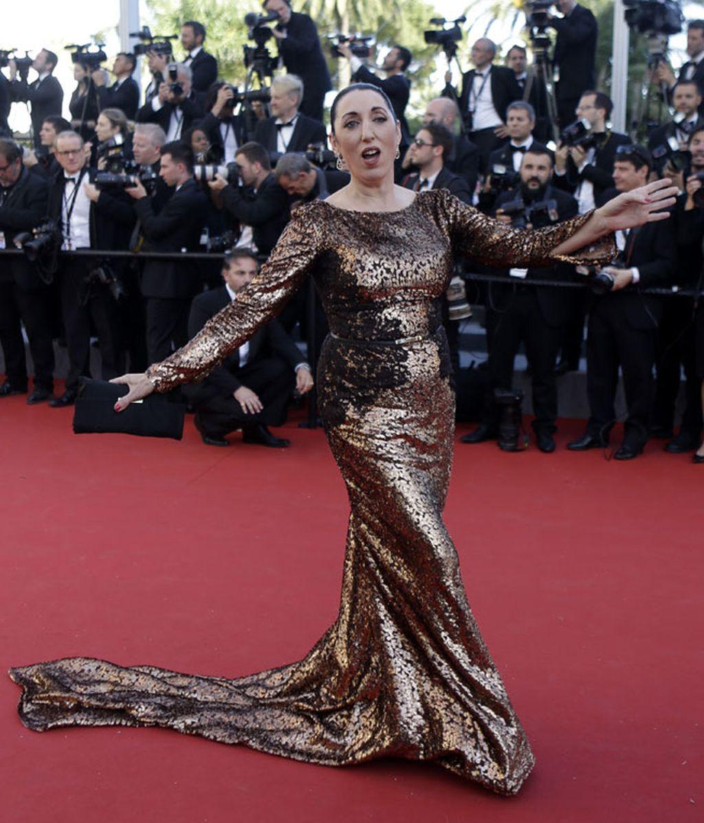 Rossy De Palma, con vestido de manga larga con cola bañado en bronce