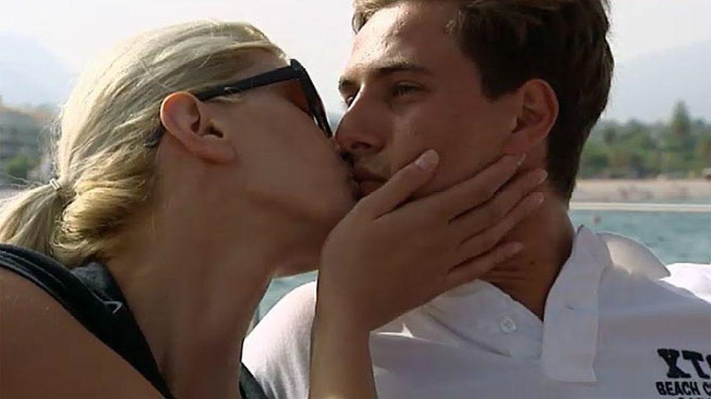 Un beso y un paseo en moto muy poco románticos