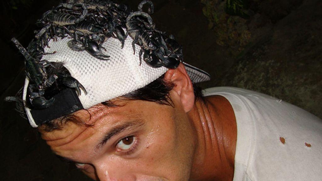 Frank no tiene miedo a ponerse escorpiones en la cabeza