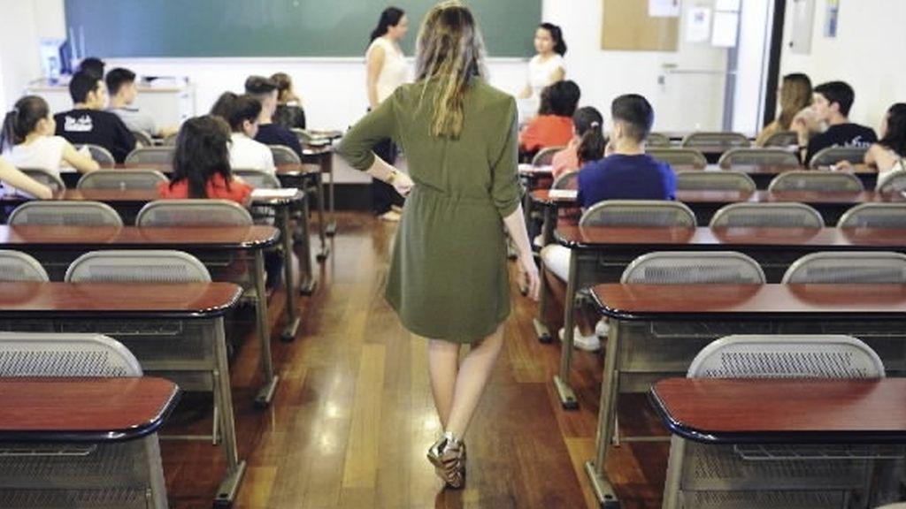 Un profesor vigila un examen