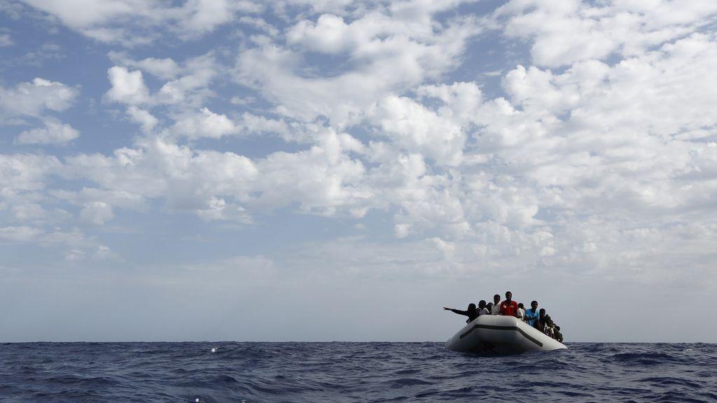 Imagen de archivo de una embarcación con inmigrantes en las costas de Lampedusa