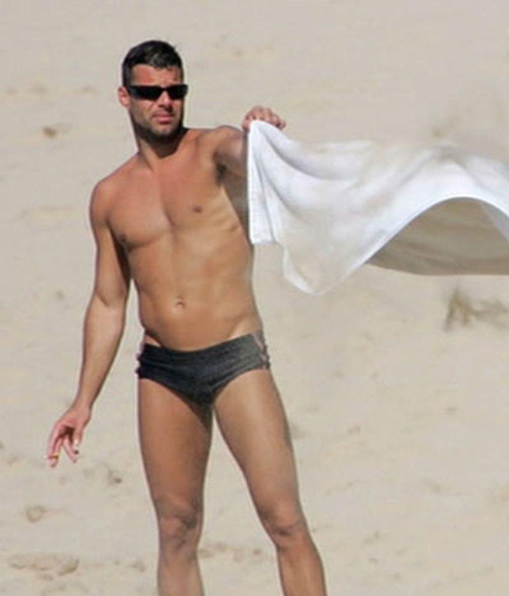 Ricky Martin luce 'cuerpazo' al sol