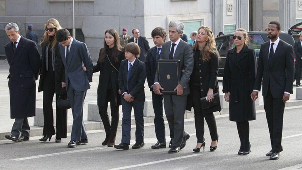La familia al completo acompaña el féretro