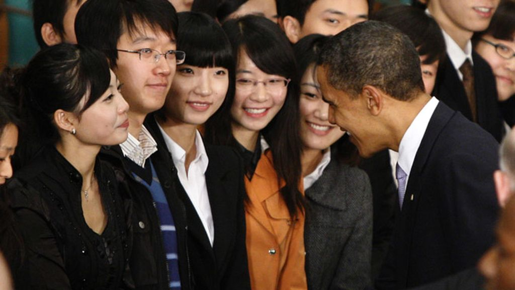 Obama saluda a una unioversitaria china