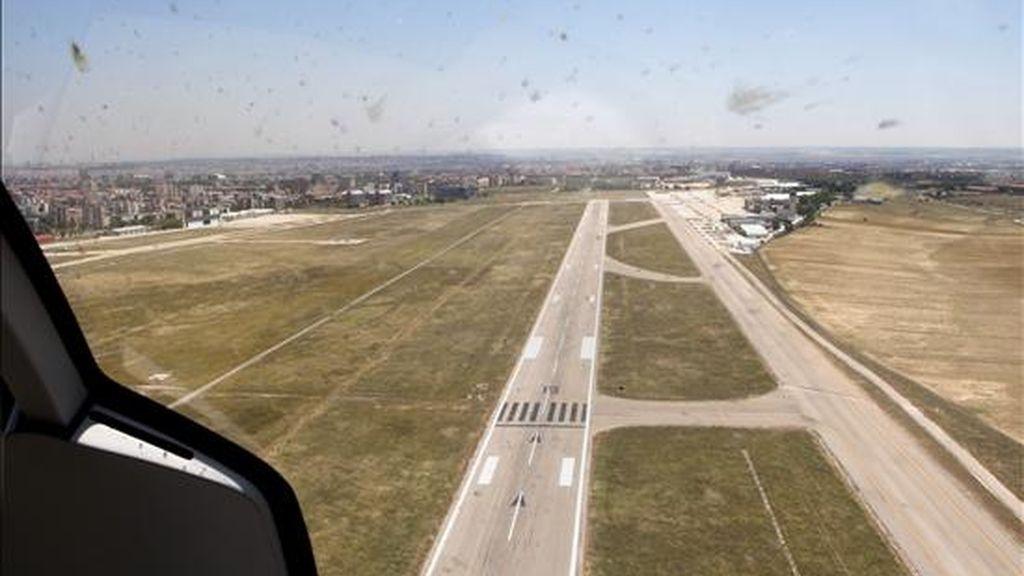 El piloto dijo que es la primera vez que tiene que hacer un aterrizaje forzoso, mientras que la DAC ordenó a la empresa fumigadora que retire la avioneta. EFE/Archivo